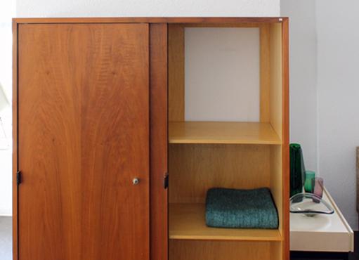 schrank mit schiebet ren von knoll international designbutik. Black Bedroom Furniture Sets. Home Design Ideas