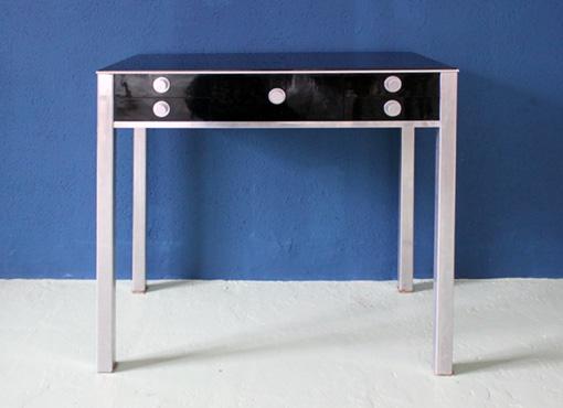 kleiner tisch mit schubladen von j schalk designbutik. Black Bedroom Furniture Sets. Home Design Ideas